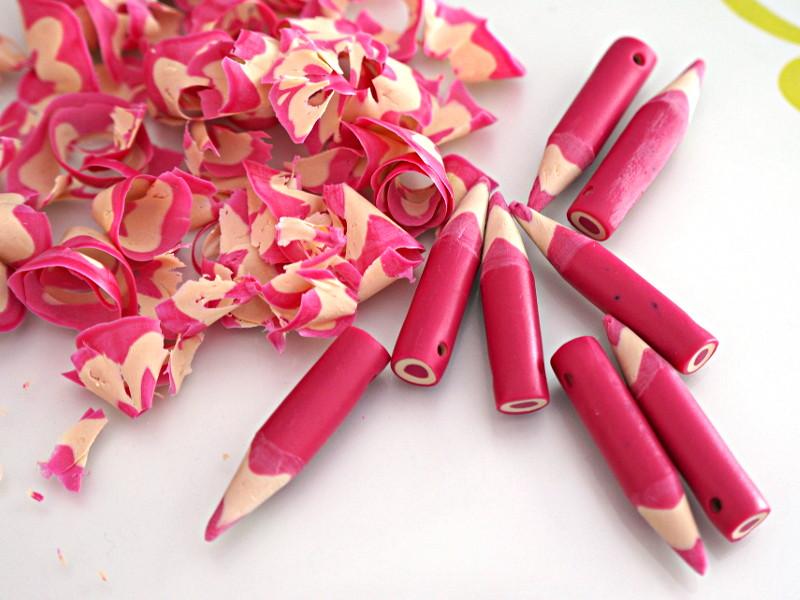 Les faux crayons sont taillés avec un taille crayons