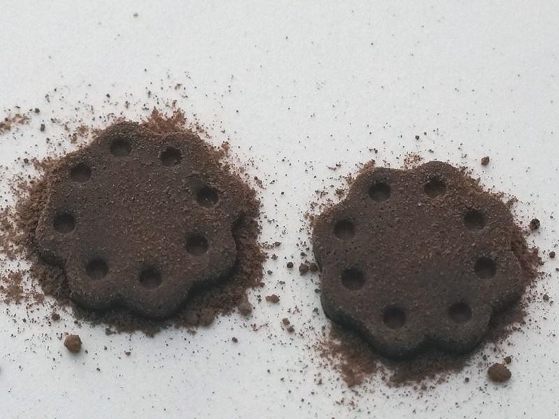 Saupoudrage avec de la vraie poudre de cacao