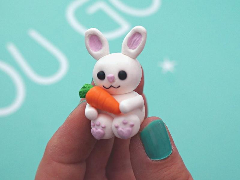 Carotte et bras avants placés sur le lapin en fimo