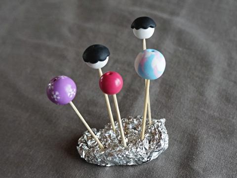 Préparer la cuisson des perles en les piquant sur des cure-dents